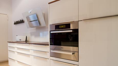 VillaroHome-Reinigungsservice: polierte Hochglanzküche
