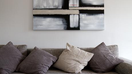 VillaroHome-Reinigungsservice: einladende Couch mit 4 Kissen