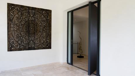 VillaroHome-Objektbetreuung: breite offene Tür neben großem rechteckigen Wandschmuck