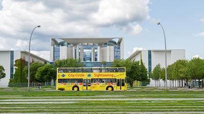 Wohnung auf Zeit in Berlin: Regierungsgebäude mit Statdrundfahrt-Bus davor