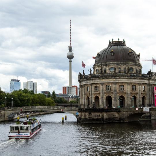 Berlin erleben in einer Wohnung auf Zeit: hier Spree mit Museumsinsel